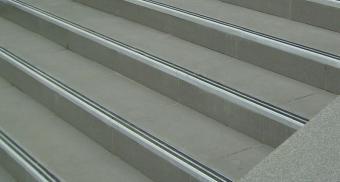 Противоскользящие накладки на ступени лестницы