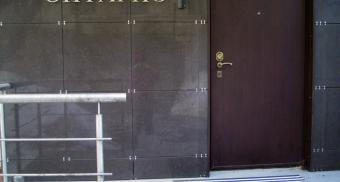 Напольные грязезащитные решетки для входа в офис компании