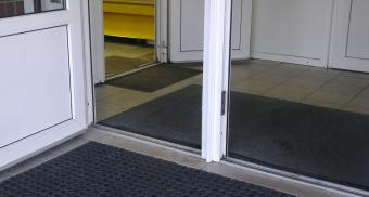 Резиновый коврик для входа в магазин