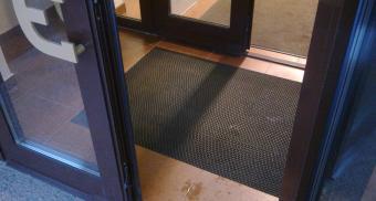 Грязезащитное рулонное покрытие для входа в магазин