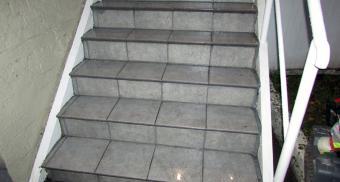 Установка уголков на лестничные ступени