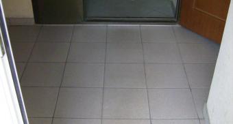Грязезащитная решетка для входа в общежитие