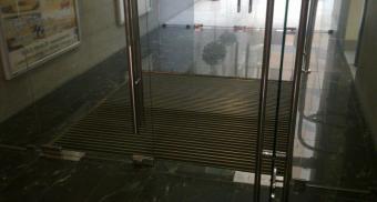 Грязезащитная решетка со скребком для бизнес-центра