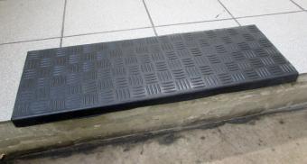 Резиновые накладки на ступени перед подъездом жилого дома