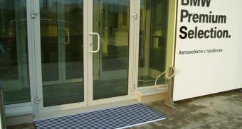 Грязезащитные решетки для чистки обуви при входе в здание