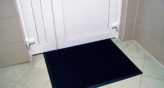Резиновый коврик для входных дверей
