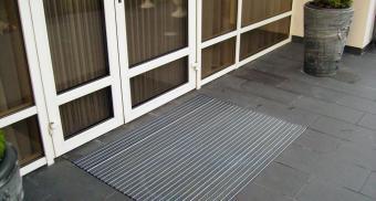 Грязезащитная решетка для входа в коттедж