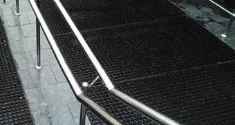 Установка резиновых ковриков на лестничные пролеты