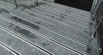 Накладки с резиновой вставкой на ступени лестницы